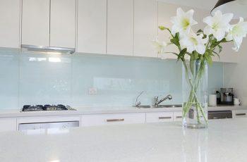 Lựa chọn kính màu ốp bếp phù hợp với phong thủy